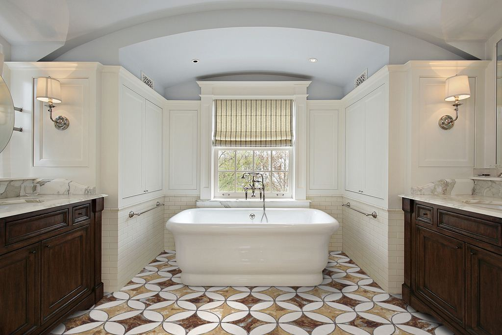 Керамическая плитка с шершавой поверхностью на полу в ванной