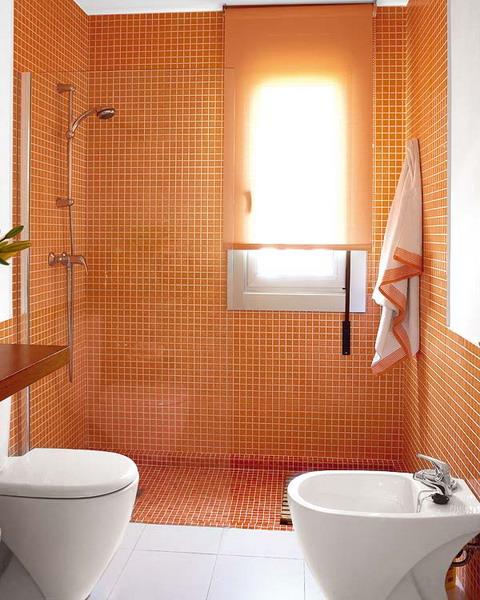 Оранжевая озаичная плитка в ванной комнате