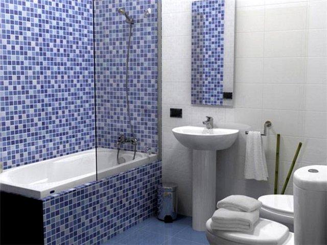 Отделка стены в ванной комнате мозаикой сиренево-белого цвета