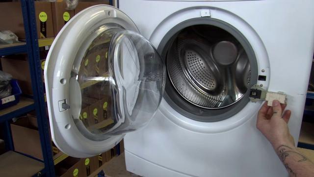 Открываем дверцу стиральной машины