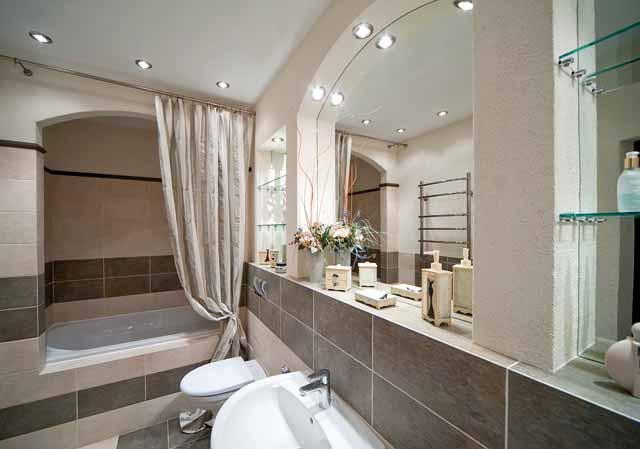 Пример установленного зеркала в ванной