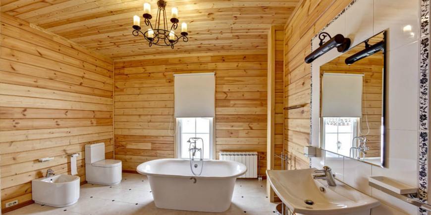 Просторная ванная комната в деревянном доме