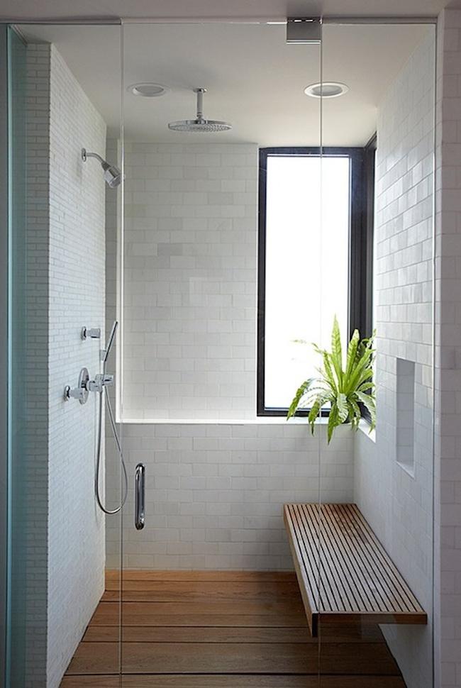 Простой, но стильный душ с деревянной скамьей
