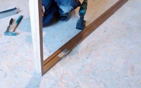 Сборка дверной коробки двери в ванную