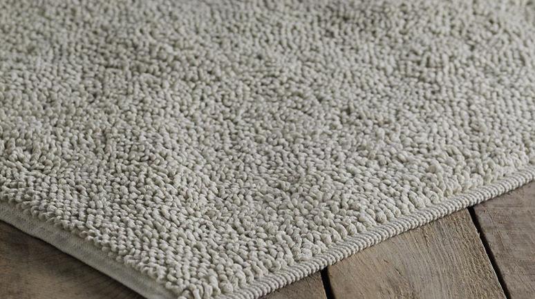 Серый коврик для ванной