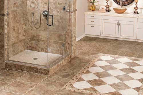 Сочетание белой и бежевой керамической плитки в ванной комнате