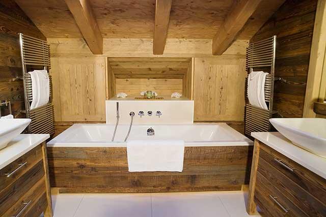 Современная ванная комната из лиственницы
