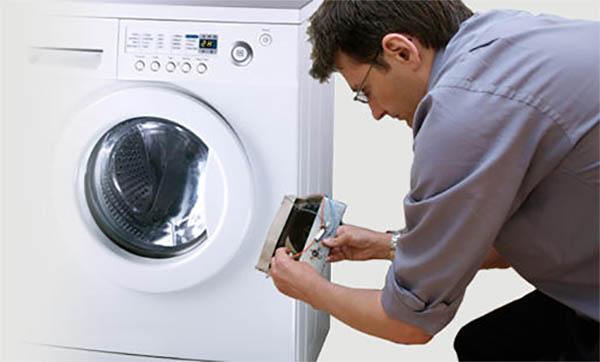 Почему при сливе воды гудит стиральная машина