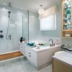 Светлая ванная комната с душей