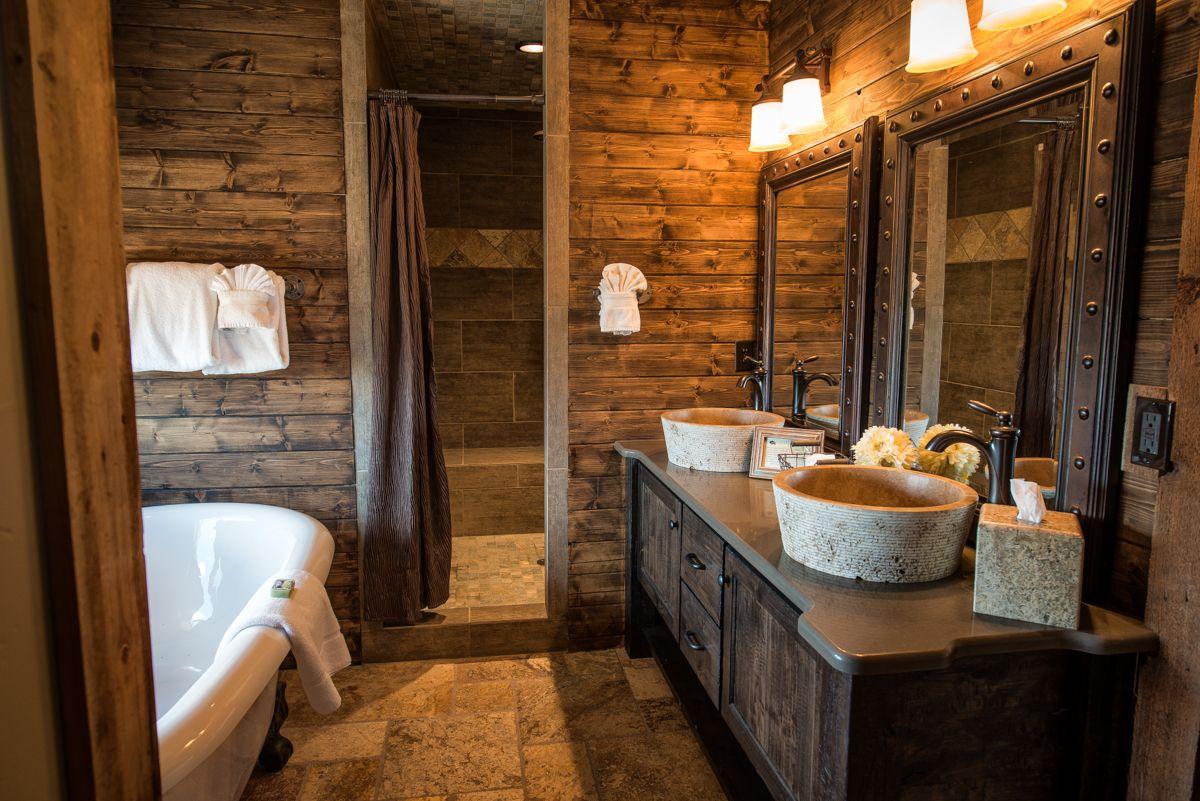 Уютная ванна в деревянном доме