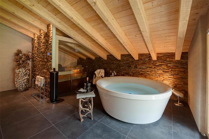 Ванная в деревянном большом доме