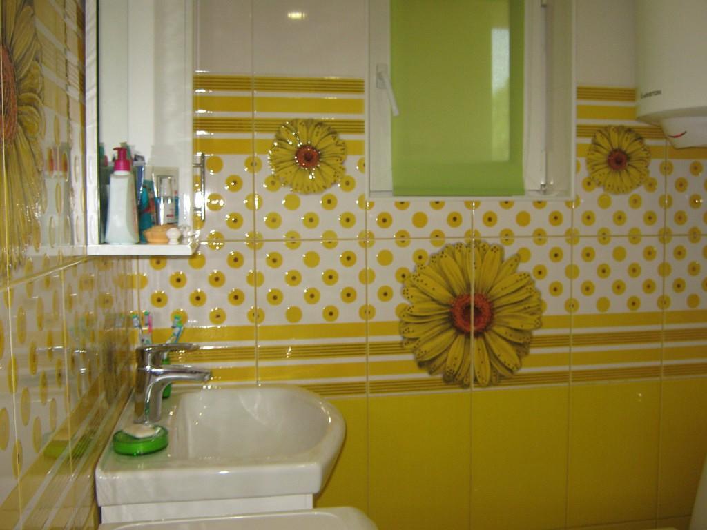Яркая плитка в ванной комнате