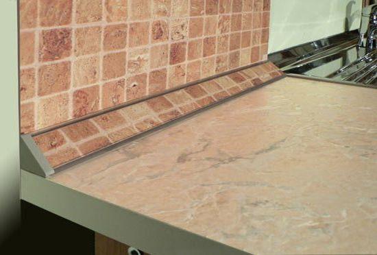 Если в оформлении вашей квартиры присутствует плитка, вам стоит обратить внимание на керамический плинтус