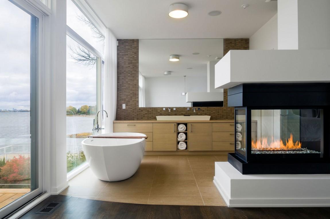 Интерьер ванной комнаты в современном стиле с большими окнами