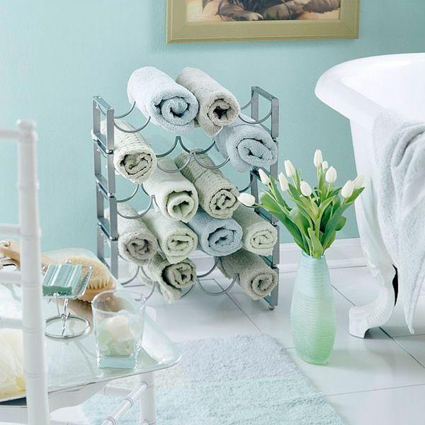 Каждое полотенце можно скрутить до размера винной бутылки и аккуратно разместить на стойку