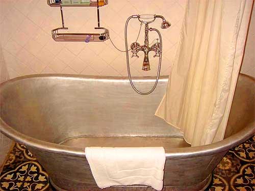 Лежачая стальная ванна