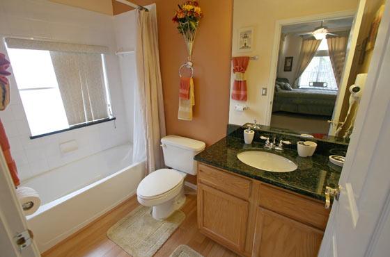 Оптимальные решения для стен и потолка в маленькой ванной комнате