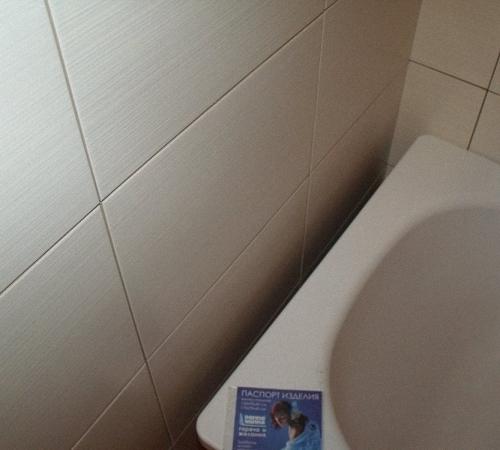 Щель на стыке ванны и стены