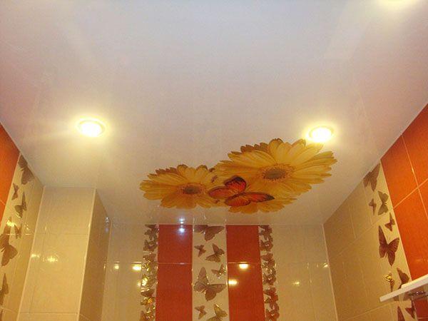 Самыми распространенными примерами для оформления натяжных потолков в маленькой комнате, является изображение цветов
