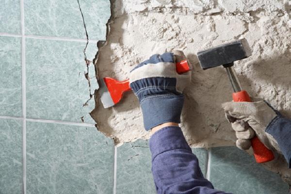 Старая плитка с пола и потолка удаляется