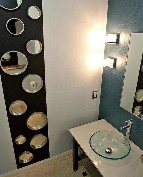 Стеклянные вставки на стене в ванной