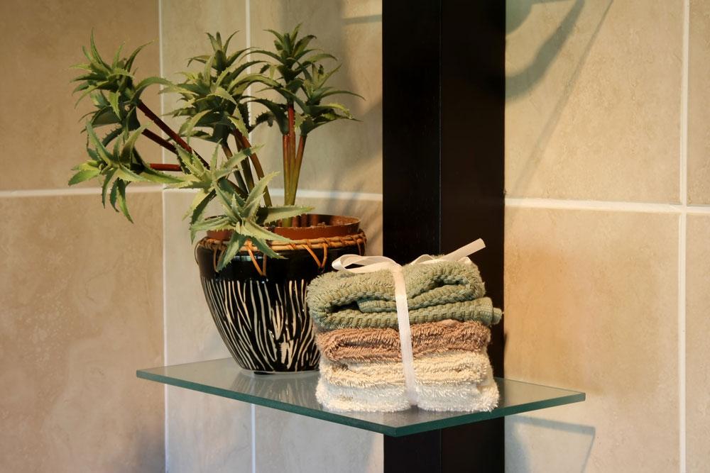 Цветы на полках в ванной