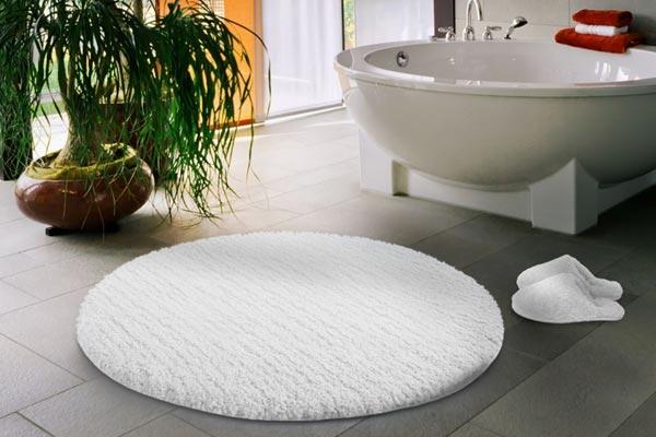 Уютная и теплая ванная с цветами на полу