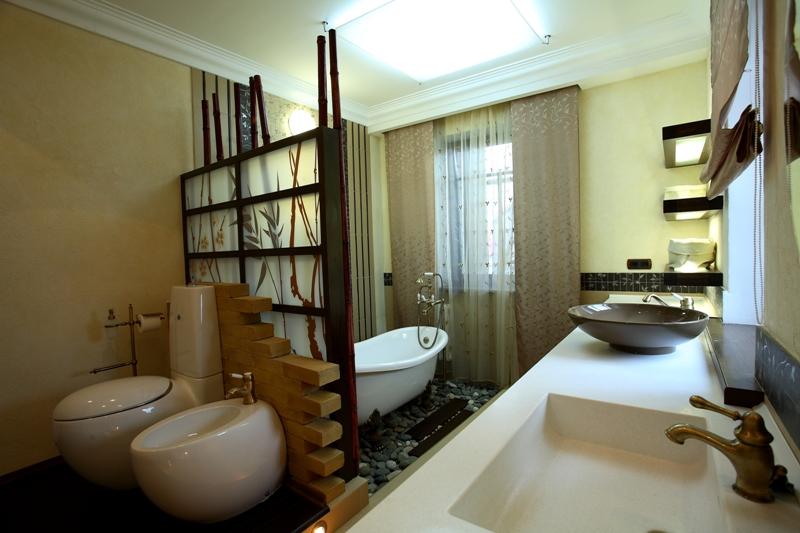 Вариант зонирования ванной комнаты. Перегородка между унитазом и ванной