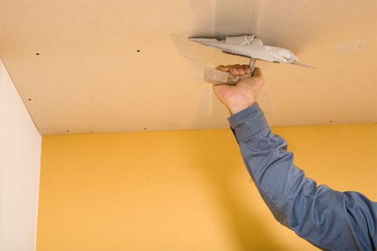 Перед покраской поверхность потолка нужно выровнять