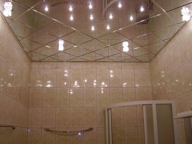 Зеркальный потолок в маленькой ванной