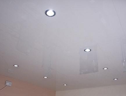 Гладкий реечный потолок в ванной