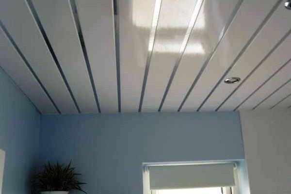 Глянцевый реечный потолок в ванной