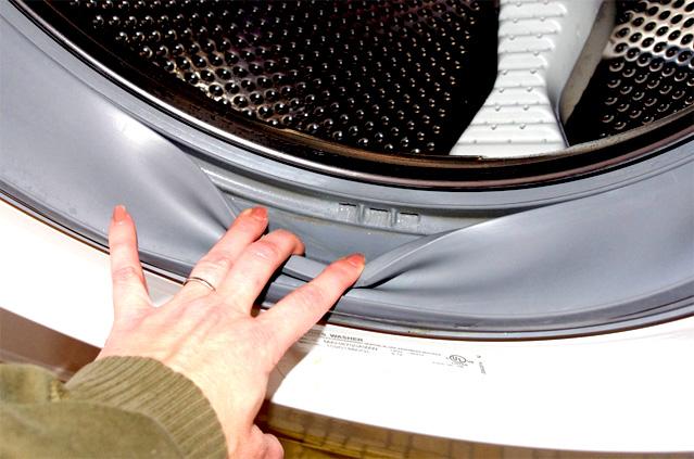 Грязь в манжете может стать причиной неприятного запаха из стиральной машинки