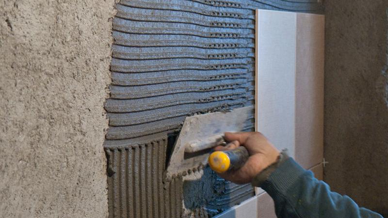 Как правильно укладывать плитку на стены в ванной комнате