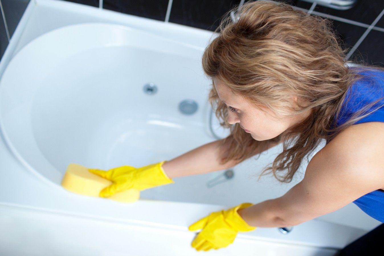 Нельзя чистить ванну различными металлическими скребками, очищайте губкой