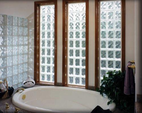 Перегородка из стеклоблоков в форме окна