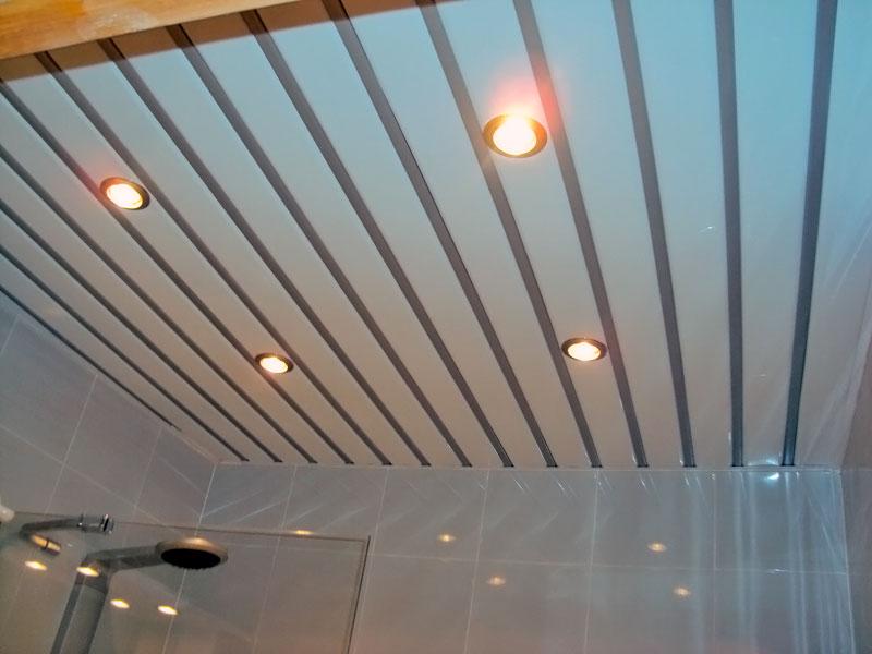Применение реечного потолка в ванной комнате