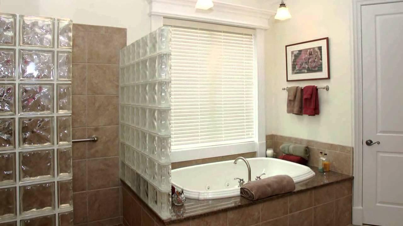 Прямая перегородка из стеклоблоков в ванной