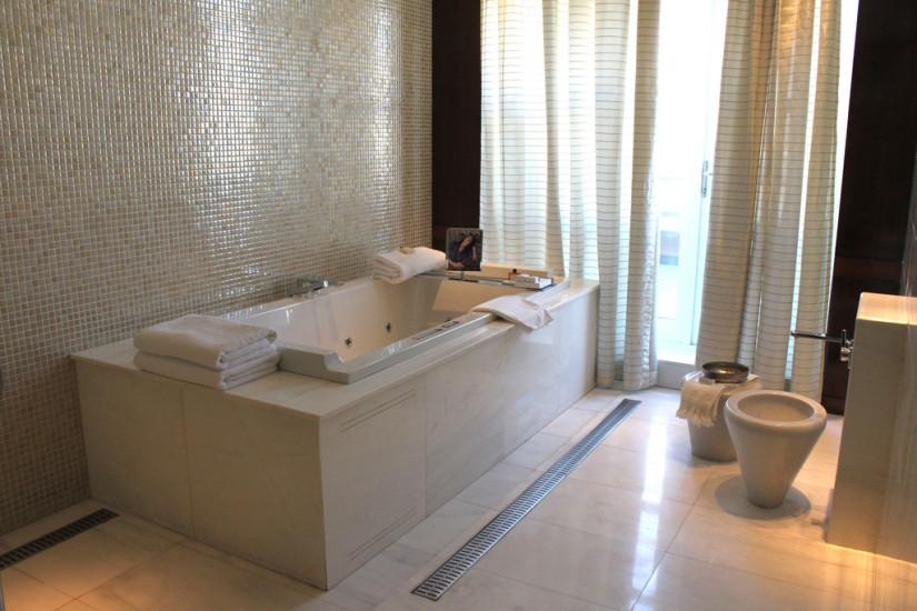 Расположение ванны возле стены