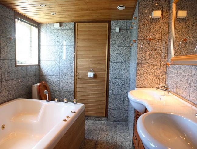 Реечный потолок имитирующий дерево в ванной