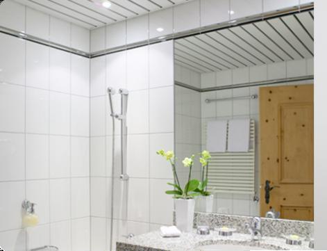 Реечный белый потолок в ванную комнату