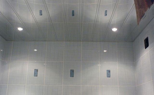 Реечный потолок закрытого типа в ванной
