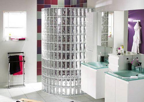 Стеклоблоки в интерьере просторной ванной комнаты