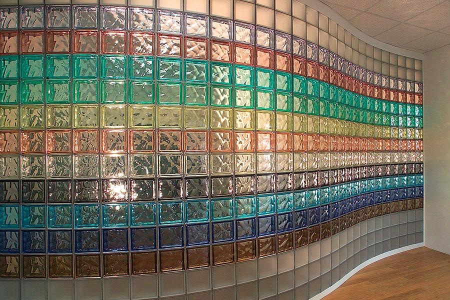 Цветная стена из стеклоблоков