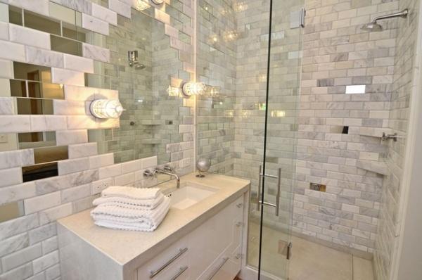 Зеркальные вставки на поверхности стен в ванной