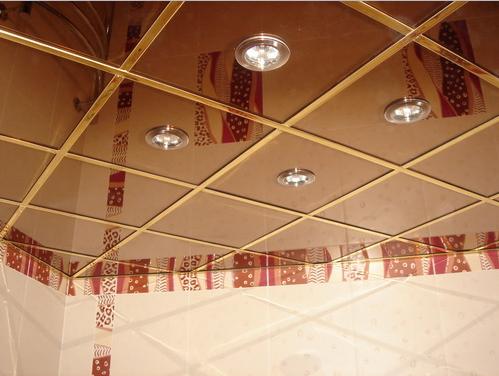 Блестящий потолок в ванной комнате с подсветкой