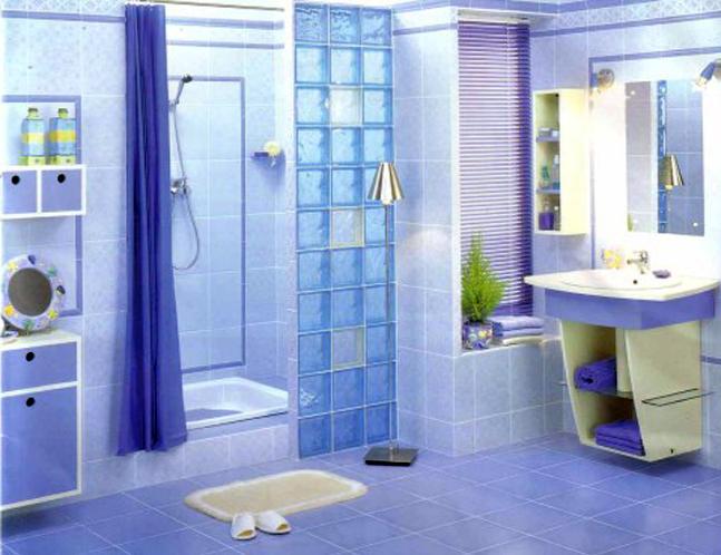 Голубая ванная со стеклоблоками