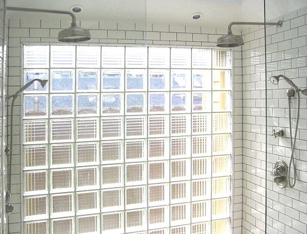 Стена из стеклоблоков в ванной