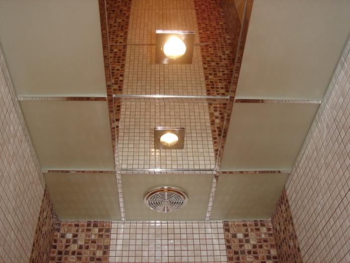 Зеркальный потолок в ванной комнате