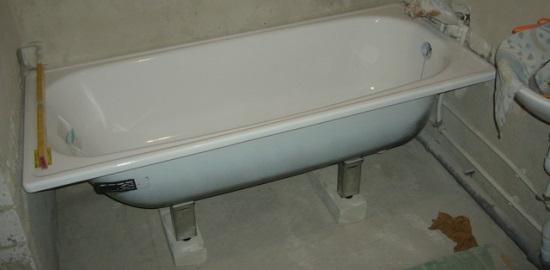 Кирпичи помогут поднять ванну на необходимую высоту